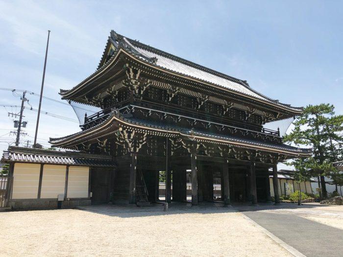 高田本山山門境内側